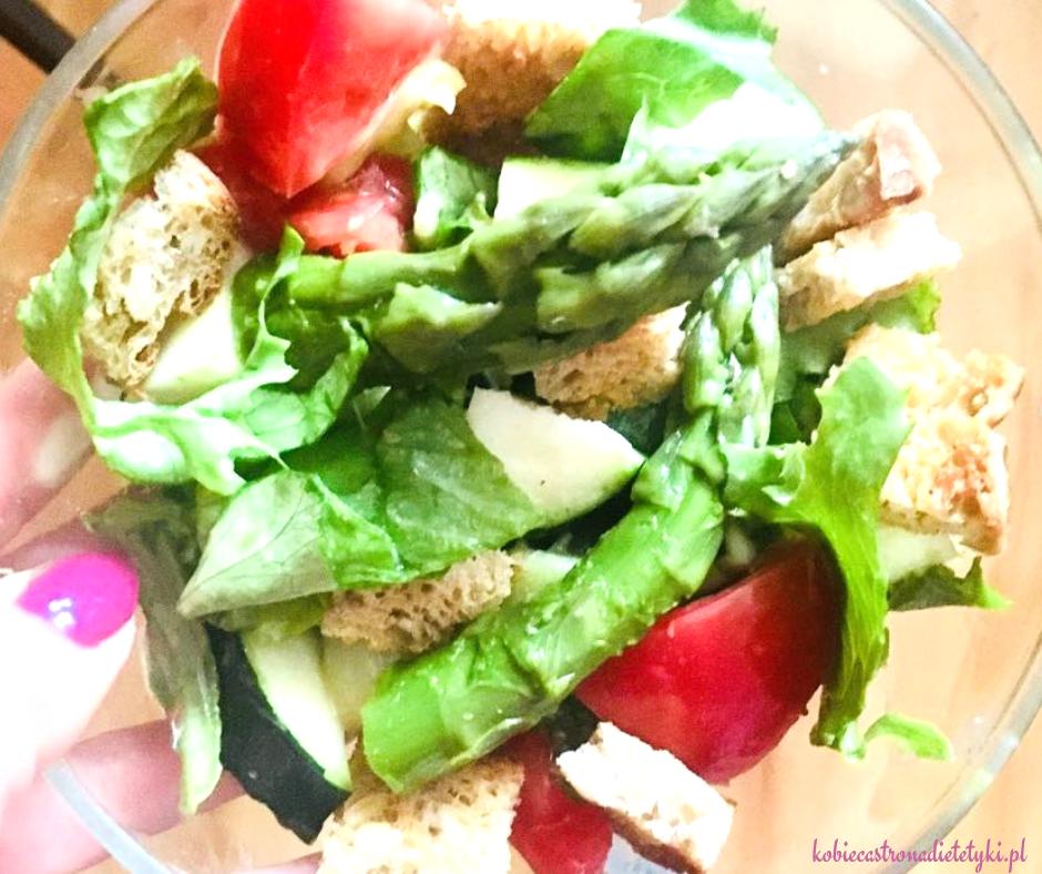 salatka-szparagi-zytnie-grzanki