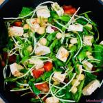Zielona sałatka z pikantnym tofu i kiełkami słonecznika