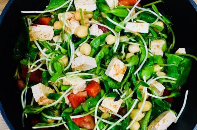 zielona-salatka-pikantne-tofu-kielki