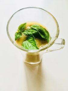 szklanka z zielonymi listkami