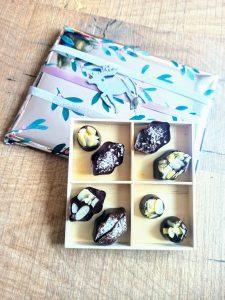 drewniane pudełko z czekoladkami
